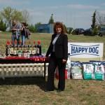 Председателката на клуба г-жа Катя Стефанова и наградния фонд.